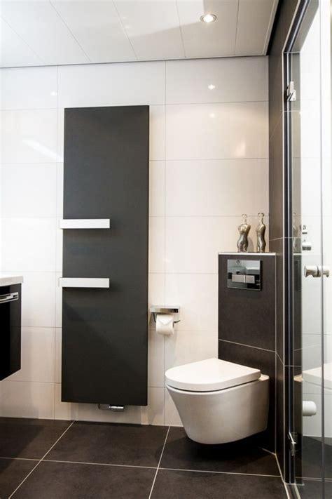 moderne wc 1113 het toilet is schuin in de hoek de badkamer geplaatst