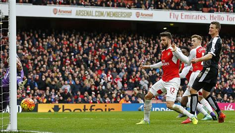 arsenal team news danny welbeck scores penalty as arsenal arsenal 2 1 leicester danny welbeck scores dramatic last