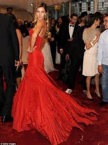 Gisele Bundchen Plays With Balls In by Gisele Earns 128k A Day And Has Higher Net Worth Than