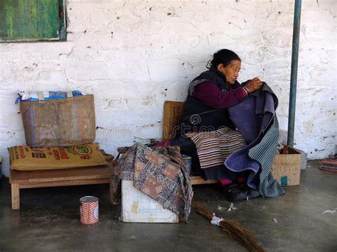 sta tappeti la gente tibetana sta tessendo i tappeti nel villaggio di
