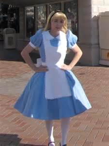 Alice greeting guest at disneyland disneypix com