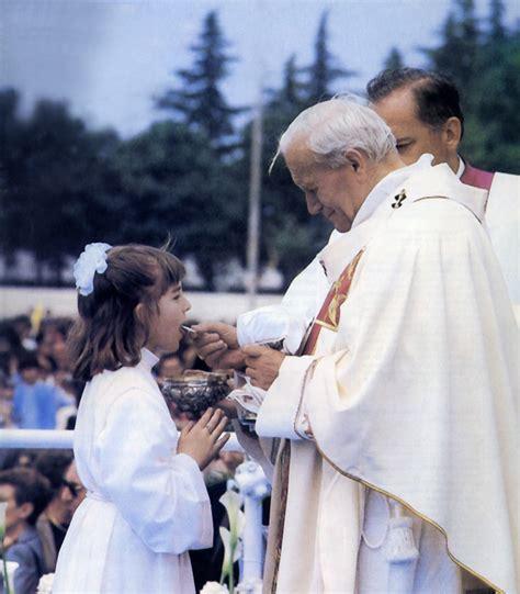 la mano sulla celeste verdura la santa comunione sulla mano vergine