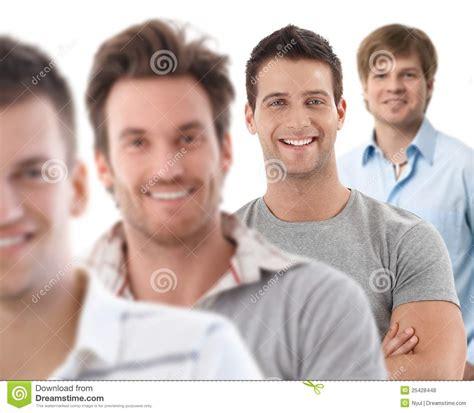 imagenes hombres felices retrato del grupo de hombres jovenes felices foto de