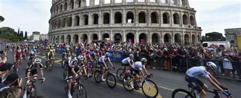 d italia a roma giro d italia proteste per le buche di roma il nuovo