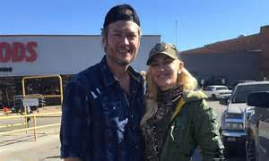 shelton fan login gwen stefani and shelton fan takes photo of the pair