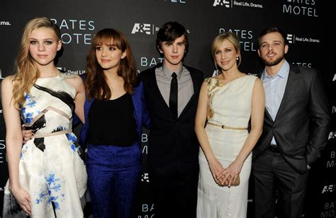 christopher abbott namorada freddie highmore and olivia cooke photos photos red