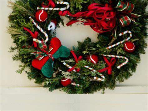 corone natalizie da appendere alla porta decorazioni fai da te natale corona di caramelle