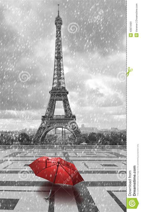 fotos en blanco y negro con rojo torre eiffel en la lluvia foto blanco y negro con el