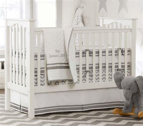 agréable deco chambre bebe gris #1: tapis-chambre-bébé-gris-clair-blanc-literie-blanc-gris-éléphant-peluche-gris.jpg