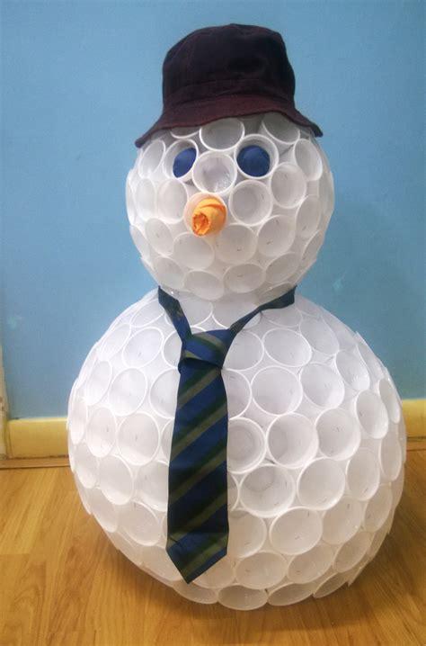 pupazzi di neve con bicchieri di plastica tutorial natalizio creiamo un pupazzo di neve con i