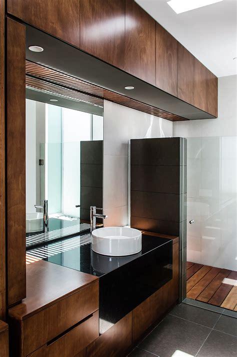 Bueno  Casas Con Escaleras Interiores #5: Cuarto-de-ba%C3%B1o-con-madera.jpg