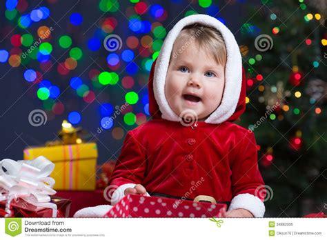 imagenes de bebes santa claus beb 233 vestido como santa claus en el 225 rbol de navidad foto
