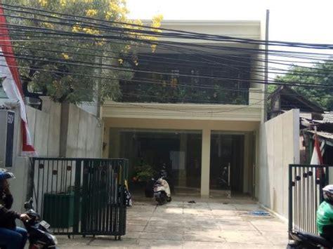 di jual rumah baru 2 lantai plus di bawah untuk tempat usaha ada taman depan dan taman belakang