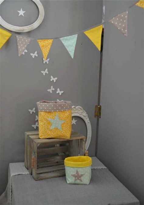 chambre enfant jaune guirlande fanions pochons vide poche rangement vert d eau