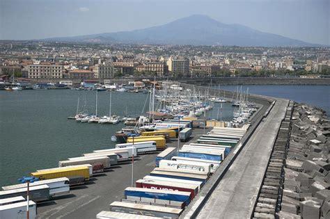 porto di catania al mare in sicilia lo spettacolo visto dall alto di
