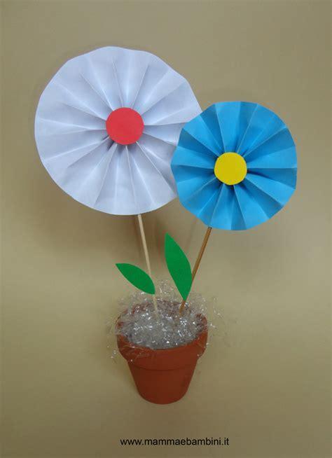 lavoretti fiori di carta lavoretto con i fiori di carta mamma e bambini