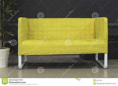 kleine bank kleine bank stock foto afbeelding bestaande uit geel