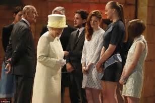 Queen Elizabeth Ii Corgis by The Queen Visits The Game Of Thrones Set In Belfast But