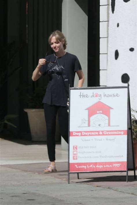 dog house daycare amanda seyfried in spandex at the dog house for daycare 09 gotceleb