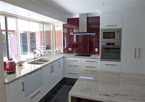 caesarstone splashback cooktop granite benchtops and bold glass splashback