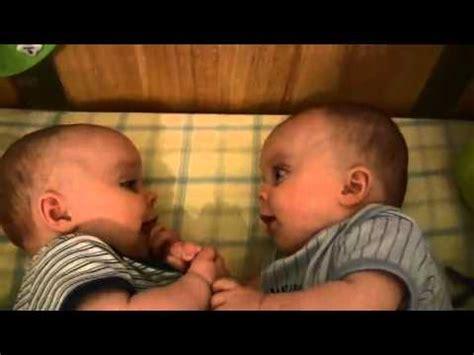 bebes hablando entre ellos gemelos hablando bebes relacionados con