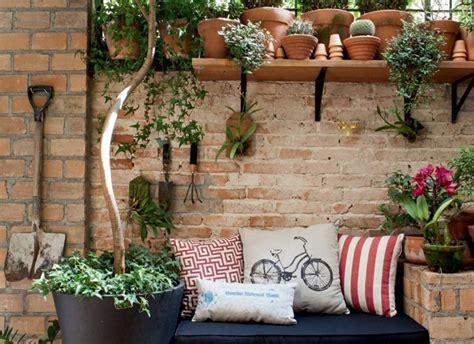 decorar jardines pequeños con plantas candelabros herreria ideas de