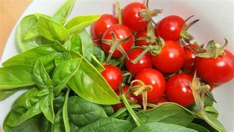 come cucinare gli spinaci come contorno spinaci al pomodoro ricetta contorno