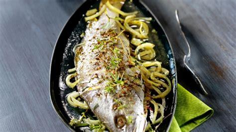 cuisiner le maigre au four recette maigre au four aux oignons et aux herbes