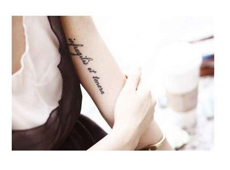 scritte braccio interno tatuaggi frasi in inglese e altre lingue straniere foto