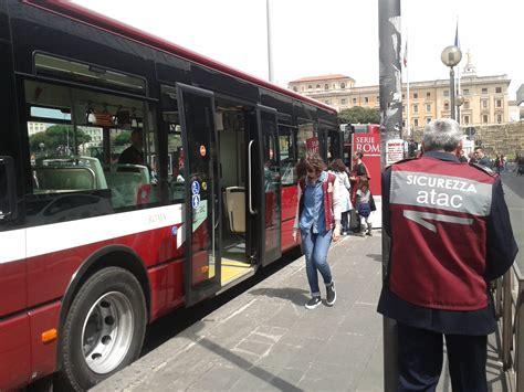 autobus per porta di roma roma autista atac si accende la sigaretta scende dal