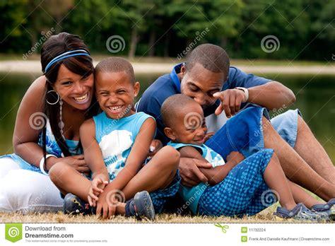 imagenes familias negras famille africaine ayant l amusement photo stock image