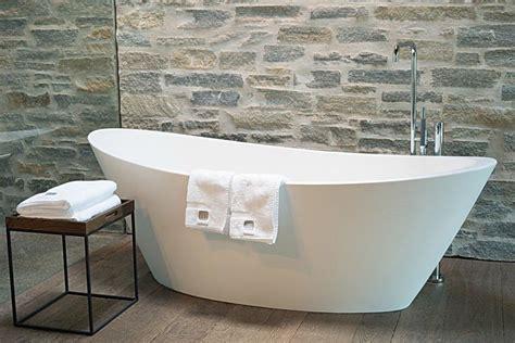 bilder freistehende badewanne bild quot freistehende badewanne im zimmer mit oberlicht quot zu