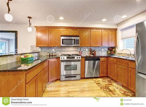 armadi da cucina armadi da cucina dell acero con gli apparecchi e le cime d