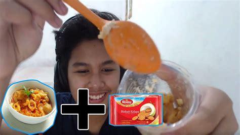 challenge makan seblak campur biskuit roma youtube