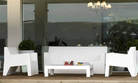 modern outdoor furniture design of jut butaca and jut mesa