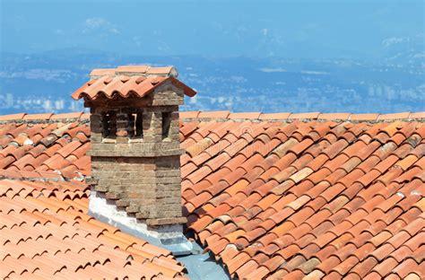 camino tetto tetto e camino mediterranei immagine stock immagine di