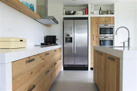 corian dichte houten keuken ruw eiken met silestone product in beeld