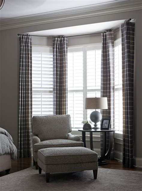 hanging curtains in a bay window bedroom bay window curtains i d like to hang maroon