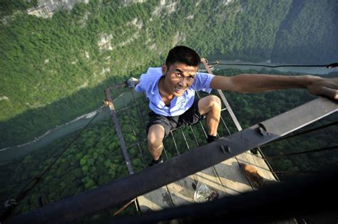 imagenes cosas increibles sky road connects tiny chinese village to outside world