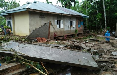 Delfi Sekat Tiga Dt 03 tiga daerah di sumbar dilanda banjir rumah dan jembatan