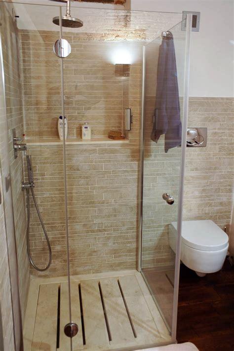 piatto doccia travertino piatto doccia a doghe in travertino in un bagno con
