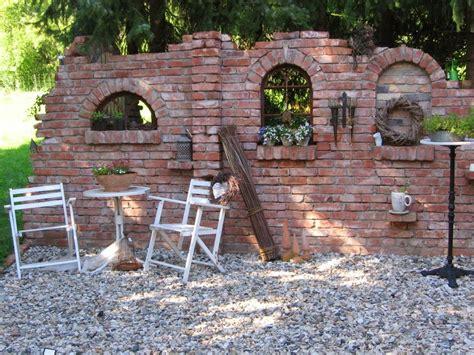 klinker mauern im garten ruinenmauern mauerwerk garten klinker ziegelsteine