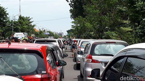 detiknews demo taksi penerapan permenhub 108 ditunda demo pengemudi taksi