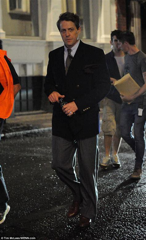 Demented Reporter Handcuffs Herself To Hugh Grant by 외방커뮤니티 Gt 헐리우드 Gt Florence Foster Jenkins 촬영장의 휴 그랜트