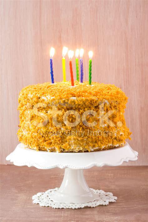 torta con candele torta di compleanno con 6 candele fotografie stock