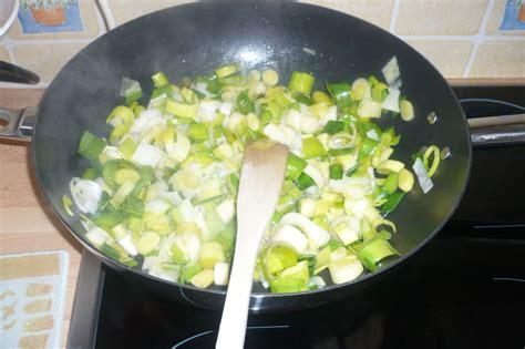 comment cuisiner le poireau a la poele linguine aux scis sauce au curry et poireaux dans