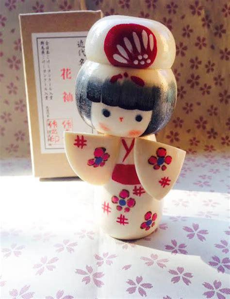 fiori in giapponese bambola giapponese kokeshi fiori sul kimono per la
