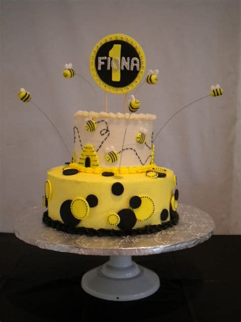 Bee Decorations For Cakes by Bumble Bee On Bumble Bee Cake Bumble Bees And Bee Cakes