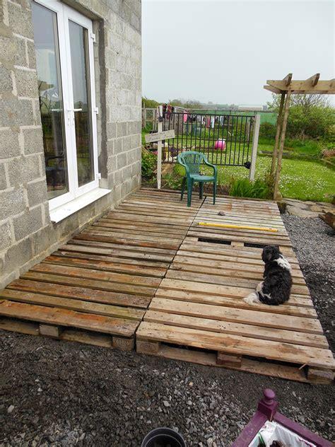 the tenacious gardener diy pallet wood decking