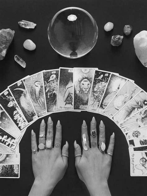 Le Tarot Divinatoire : Quand une Question Vous Turlupine